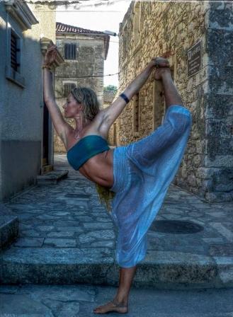 yoga-pose-dancer-pose-9202-2